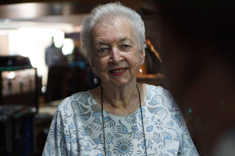 Sandra -seorang nenek asal Australia, jatuh hati seketika saat melihat kain batik motif parang berwarna merah yang disampirkan di teras Galeri MULA Creative Hub, Cilandak Town Square (Citos), Kamis (3/10/2019).