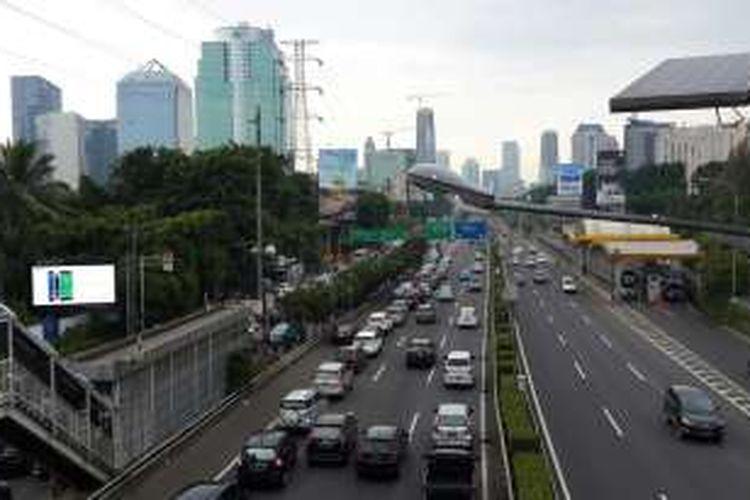 Kepadatan di pintu keluar tol dalam kota di Semanggi, Jakarta Pusat, Selasa (5/4/2016). Pemprov DKI Jakarta dan Polda Metro Jaya uji coba penghapusan sistem three in one hari ini.