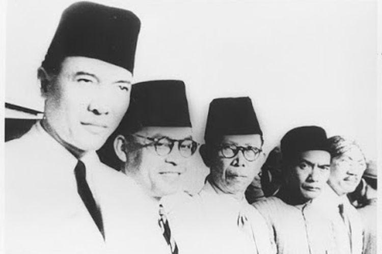 Empat Serangkai, para pemimpin Putera, sedang menunggu kedatangan Perdana Menteri Jepang Tojo pada 1943. Dari kiri ke kanan: Soekarno, Mohammad Hatta, Ki Hadjar Dewantoro, Kiai Hadji Mas Mansoer. Paling kanan M Soetadjo Djojohadikoesoemo.