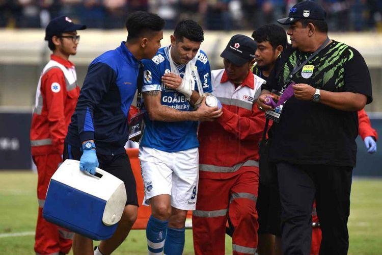 Gelandang Persib Esteban Vizcarra saat mendapat perawatan usai mengalami cedera dislokasi lengan dalam laga Persib kontra Arema FC, Senin (18/2/2019) kemarin.