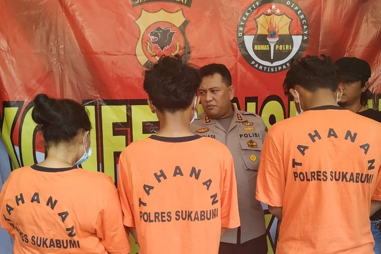 Kepala Polres Sukabumi AKBP Nasriadi sedang memberikan pertanyaan kepada tiga tersangka saat konferensi pers yang bertempat di Polsek Cibadak, Sukabumi, Jawa Barat, Selasa (24/9/2019)