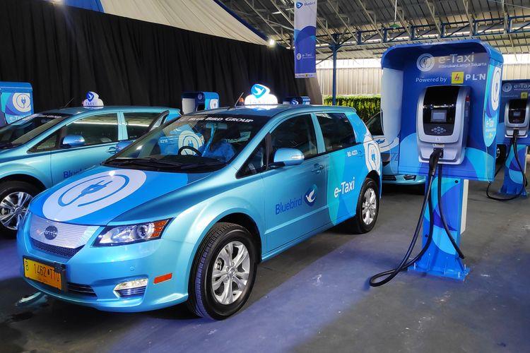 Armada taksi Bluebird bertenaga listrik BYD e6 dan Tesla model X 75D