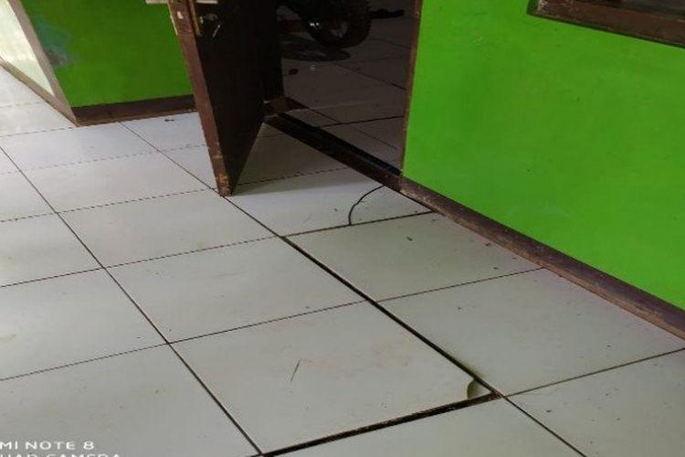 Satu rumah warga di Desa Werdi, Kecamatan Paninggaran, Kabupaten Pekalongan, Jawa Tengah, yang bagian lantainya rusak akibat pergerakan tanah.