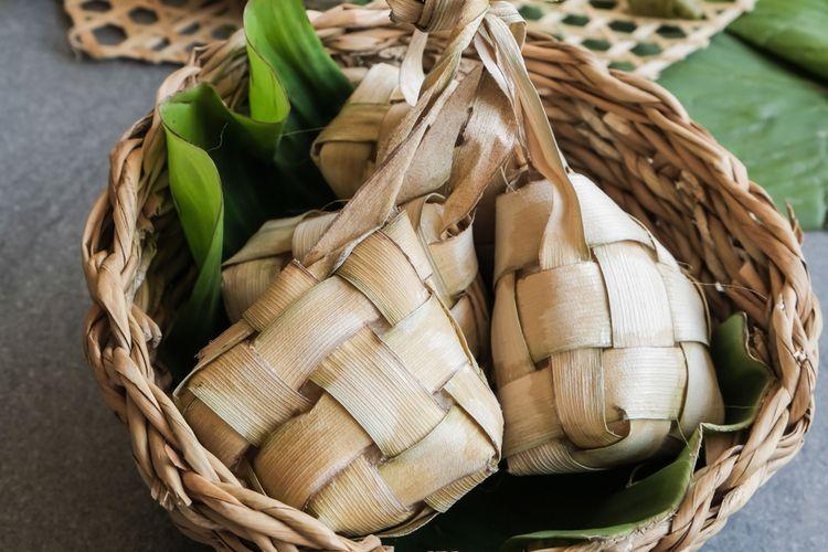 Ilustrasi ketupat di dalam besek. Ketupat merupakan sajian khas Lebaran di Indonesia.