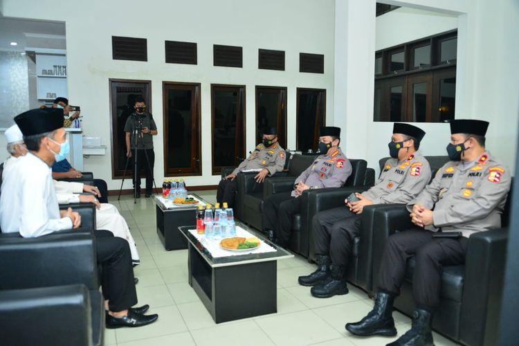 Kapolri Jenderal (Pol) Listyo Sigit Prabowo mengunjungi Ketua Umum Majelis Ulama Indonesia (MUI) Miftachul Akhyar di daerah Jakarta Timur, Minggu (31/1/2021) malam.
