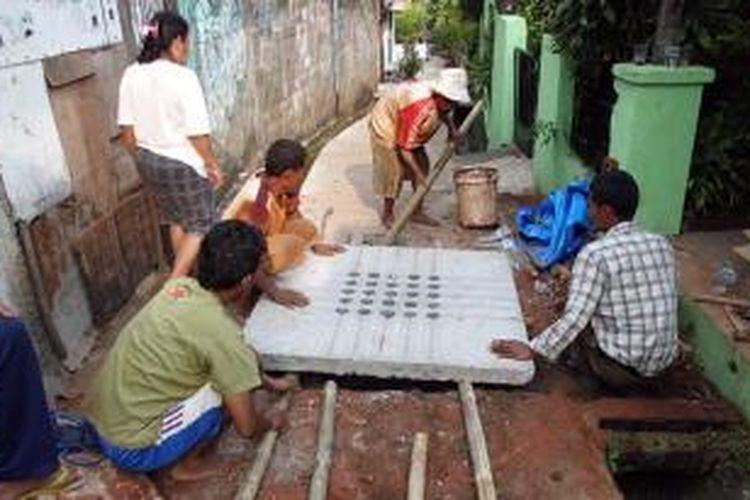 Dokumen foto yang menunjukkan kerjasama antara pengembang LA City Apartment saat membangun tandon air Konata bersama-sama warga sekitar apartemen di Lenteng Agung, Jakarta Selatan, pada November 2012 lalu.