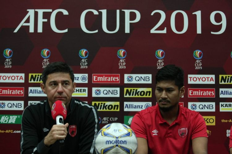 Pelatih PSM Makassar Darije Kalezic (kiri) dan bek tengah PSM Makassar Abdul Rahman (kanan) saat konferensi pers jelang putaran kedua semifinal Piala AFC 2019 menghadapi Becamex Binh Duong di Stadion Pakansari, Bogor, Selasa (25/6/2019).
