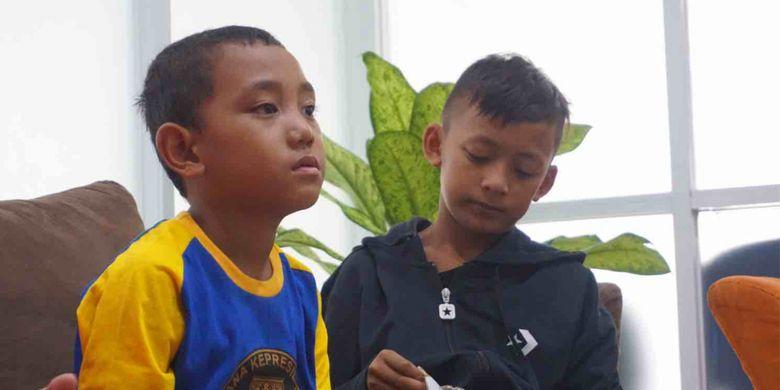 Revan dan Aditia, dua bocah korban tsunami di Kabupaten Lampung Selatan, Sabtu  (22/12/2018). Revan dan Aditia kini sudah bisa menjalani hidup seperti orang normal lainnya, meskipun  masih ada rasa trauma dari kedua bocah itu jika mengingat kejadian yang merenggut ibu dan anggota keluarga mereka, Selasa (8/1/2019).