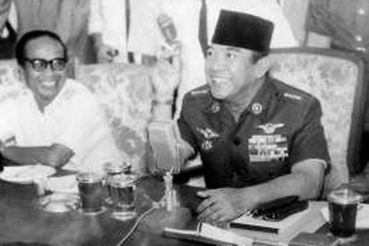 Presiden Soekarno (kanan, berpeci)