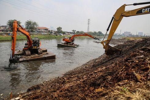 Cegah Banjir, SDA Kelapa Gading Keruk Lumpur hingga Pelihara Mesin Pompa Air