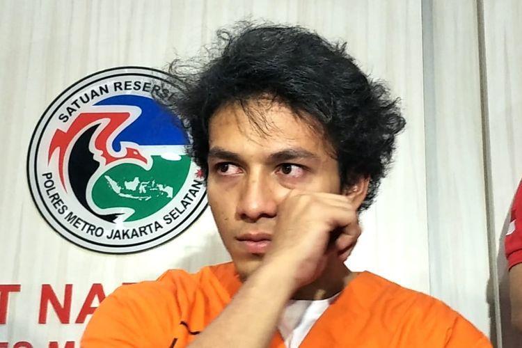 Artis peran Jefri Nichol dalam jumpa pers di Polres Metro Jakarta Selatan, Kamis (25/7/2019). Ia ditangkap polisi karena penyalahgunaan narkoba jenis ganja.