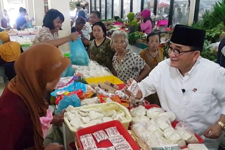 Juru Bicara Tim Kampanye Nasional (TKN) Jokowi-Maruf Amin, Ruhut Sitompul membeli tempe dan tahu milik pedagang Pasar Kadipolo, Kota Solo, Jawa Tengah, Jumat ( 16 / 11 / 2018) .