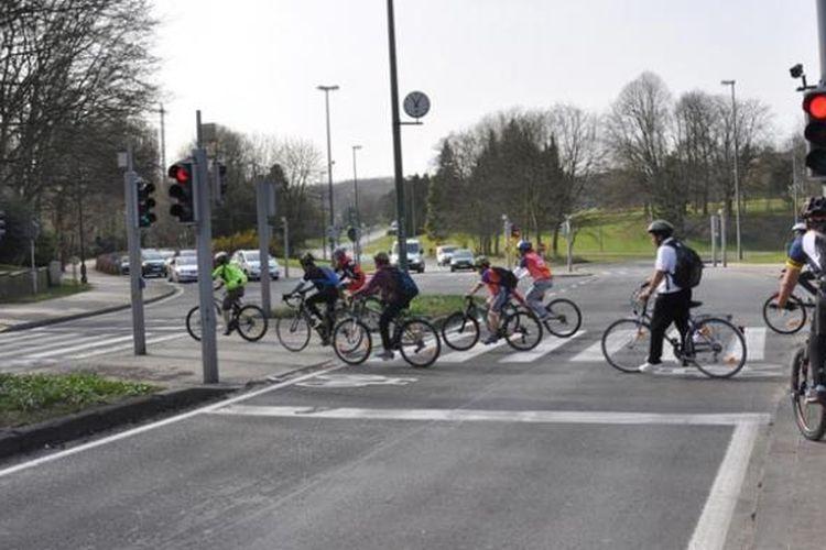 Perlu hati-hati dan waspada saat bersepeda di Kota Brussel karena para pengendara mobil di kota ini sering melupakan para pesepeda.