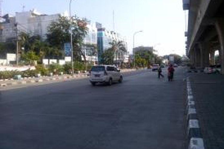 Di hari pertama masuk kerja setelah cuti bersama lebaran, jalanan di ibukota Jakarta masih terpantau lancar dan sepi. Seperti di Jalan Yos Sudarso, Jakarta Utara, biasanya di hari senin jalanan tersebut padat dipenuhi kendaraan.