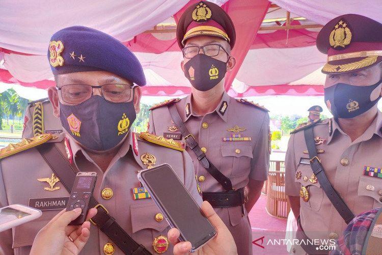 Kapolda Sulteng Irjen Pol Abdul Rakhman Baso (kiri) saat memberi keterangan kepada wartawan di SPN Polda Sulteng di Donggala, Selasa (17/11/2020).