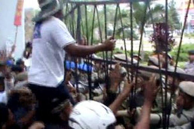 Ratusan petani yang berdemo ini menuntut pertanggung jawaban Polhut yang menebang pohon cengkeh mereka, aksi ini sempat rusuh.