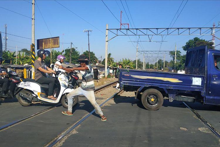 Diryan (55) alias Kopral, penjaga perlintasan sebidang rel kereta api Proyek, Bekasi Timur yang kondang dengan gerakan silatnya.
