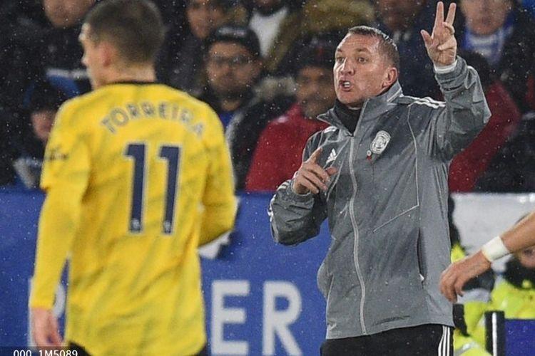 Pelatih Leicester City, Brendan Rodgers, memberi instruksi kepada anak-anak asuhannya pada pertandingan Leicester vs Arsenal dalam lanjutan Liga Inggris di Stadion King Power, 9 November 2019.