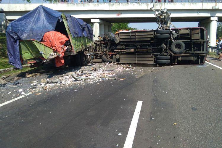 Kecelakaan di Tol Cipali KM 150+300 Majalengka, Jawa Barat, Minggu (23/8/2020). Kecelakaan tersebut 4 orang meninggal dunia dan 10 luka-luka.