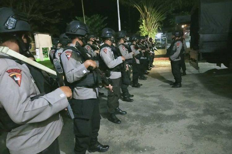 Sejumlah personel dari Batalyon C Brimob Polda Sumatera Utara disiagakan paska bentrok warga dengan polisi di Desa Mompang Julu, Panyabungan Utara, Mandailing Natal, Senin (29/06/2020).