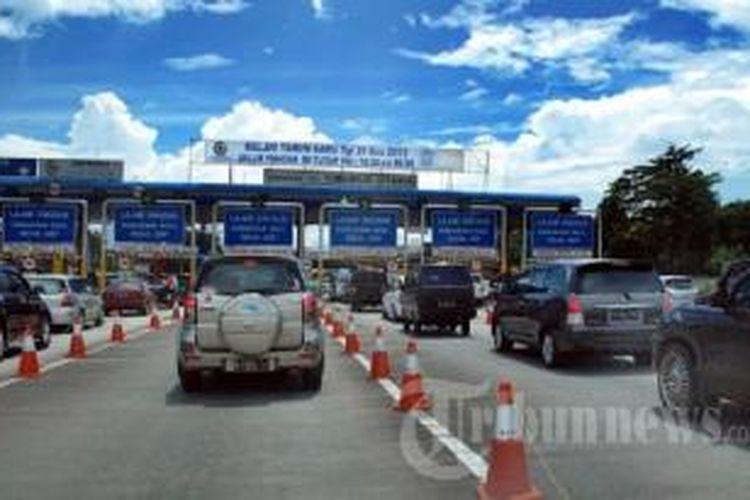 Persis di samping pintu Tol Cibubur Utama ini akan dikembangkan stasiun LRT yang terintegrasi dengan TOD Grand Dhika City.