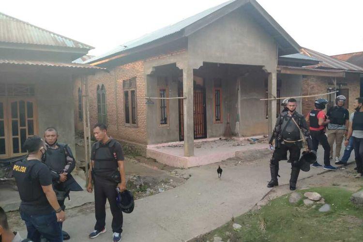 Kondisi Rumah Kepala Desa Mompang Julu, Panyabungan Utara yang juga mengalami kerusakan akibat diamuk massa saat bentrokan pada Senin (29/06/2020). Sedikitnya enam polisi luka-luka, dua mobil dan satu sepeda motor juga hangus dibakar massa.