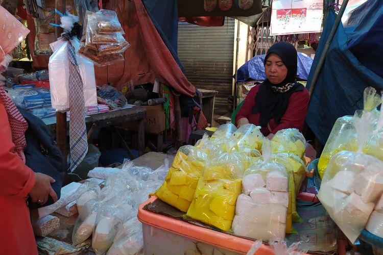 Darsih, salah satu penjual tahu tempe di Pasar Anyar Tangerang yang mulai berjualan, Senin (4/1/2021).