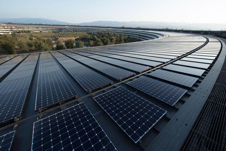 Kantor baru Apple di Cupertino, Amerika Serikat, memiliki instalasi panel surya di atap yang menghasilkan listrik sebesar 17 megawatt. Kompleks kantor berbentuk melingkar ini diklaim 100 persen menggunakan energi terbarukan.