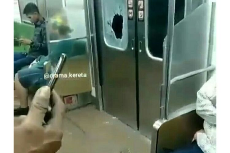 Suasana pecahnya pintu KRL saat melintas  antara Stasiun Citeras-Stasiun Maja, Jumat (7/6/2019) malam.
