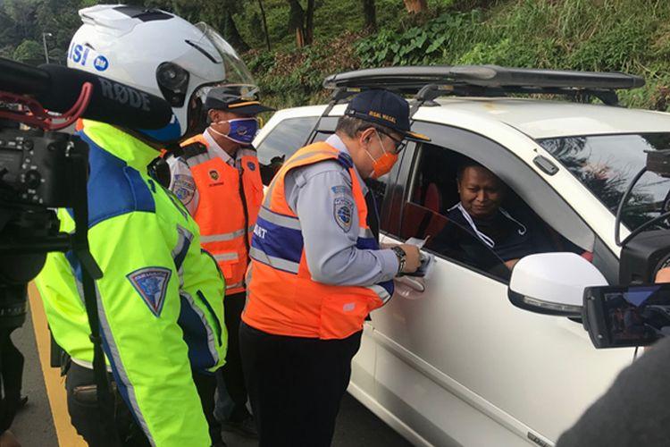 Foto: Dirjen Perhubungan Darat Memeriksa Kendaraan yang Melintas di Perbatasan Bogor - Cianjur, Puncak Pass (21/05/2020)