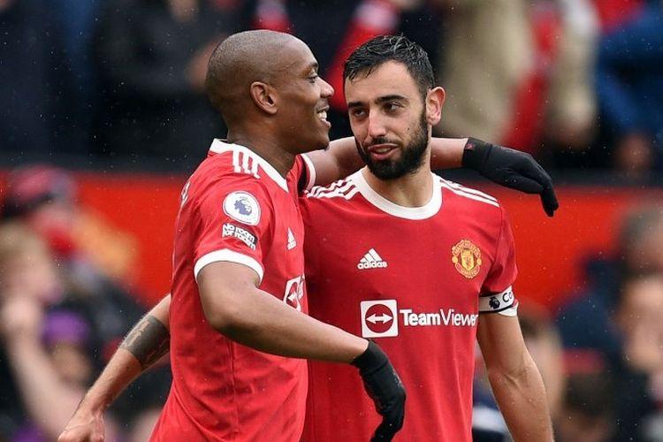 Gelandang Manchester United Bruno Fernandes merayakan gol Anthony Martial pada laga lanjutan Liga Inggris kontra Everton, Sabtu (2/10/2021).