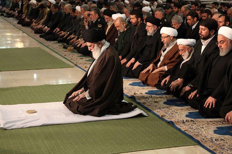 Presiden Iran periode 1981-1989, Ayatollah Ali Khamenei, saat memimpin salat Jumat di Teheran.