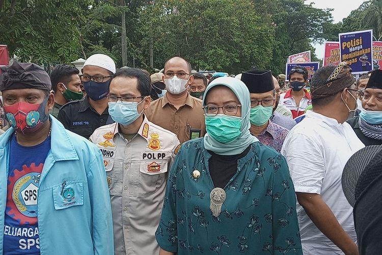 Bupati Bogor Ade Yasin ambil bagian aksi unjuk rasa di tengah-tengah ribuan buruh di depan kantornya, Jalan Tegar Beriman, Cibinong, Kabupaten Bogor, Jawa Barat, Jumat (16/10/2020).