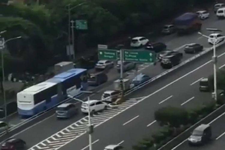 Bidik layar rekaman video yang menunjukkan mobil lawan arah masuk tol di kawasan Slipi, Jakarta Barat.