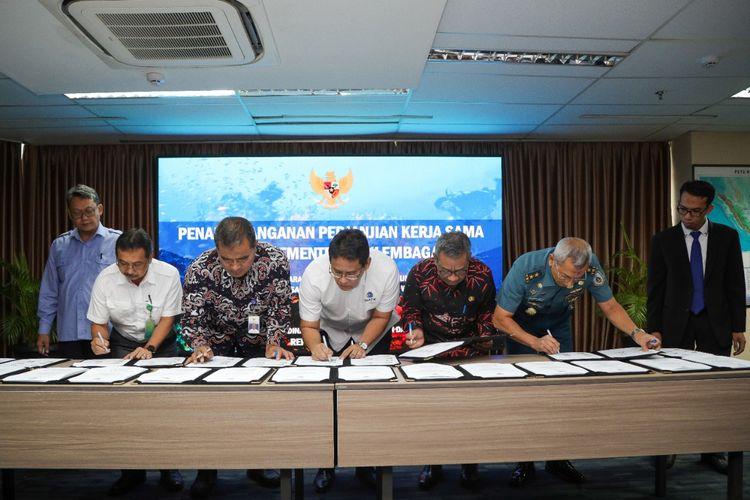 Penandatanganan kerja sama terkait kemaritiman oleh Plt Deputi Bidang Koordinasi Kedaulatan Maritim dan Energi, Purbaya Yudhi di Jakarta, Rabu (12/2/2020).