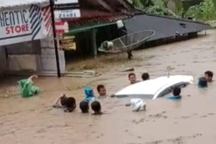 Warga sedang menyelamatkan mobil dan kendaraan lainnya di Kecamatan Bantarkalong, serta rumah terendam akibat banjir dan longsor yang terjadi di 11 kecamatan Kabupaten Tasikmalaya, Senin (12/10/2020).