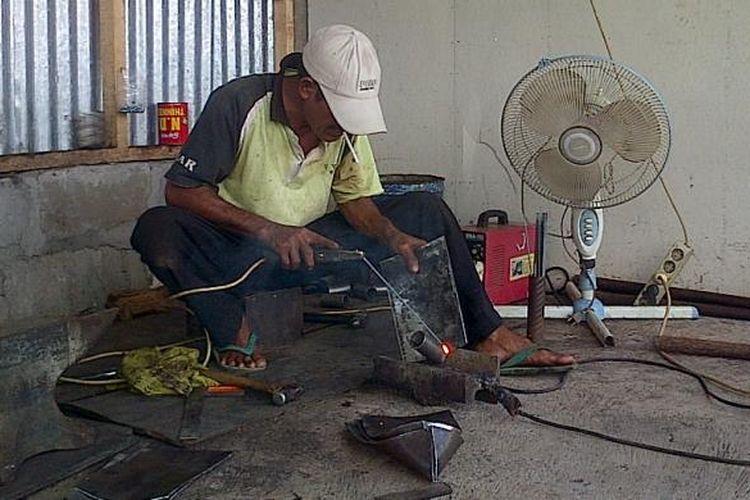 Aktivitas di Bengkel Cangkul Cak Ndari di Jl Tambakboyo, Ambarawa.