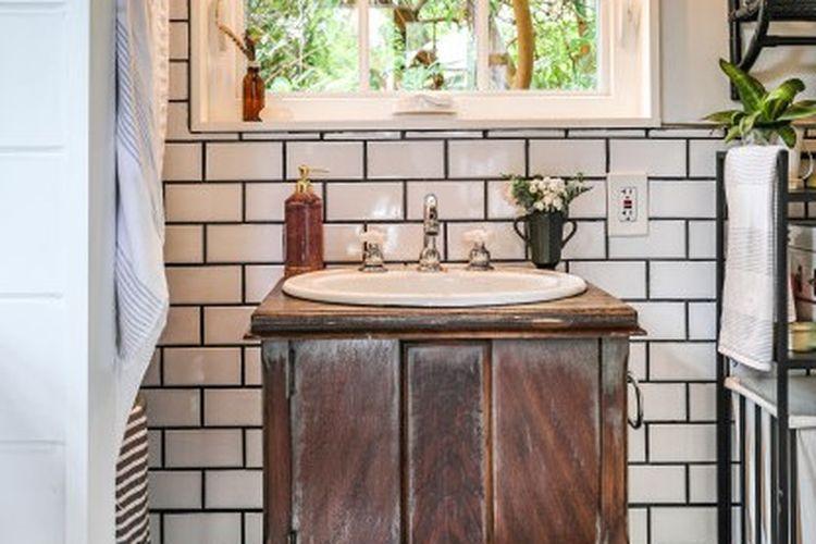 Kamar mandi mungil tampak cantik dengan furnitur vintage