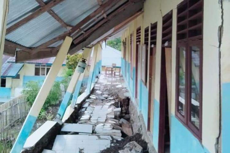 Kondisi sejumlah bangunan SMP Negeri 8 di Kecamatan Huamual Belakang, Kabupaten Seram Bagian, Barat,, Maluku dalam kondisi rusak parah dan nyaris ambruk, Minggu (23/8/2020)