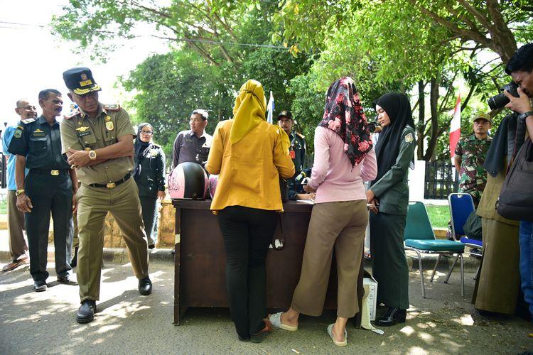 Kepala Satpol PP dan WH, Irsyadi menasehati pengendara yang melanggar syariat islam di Jalan Merdeka, Lhokseumawe, Aceh, Senin (5/8/2019)