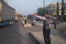 Petugas Dishub Ditempatkan di Trotoar di Median Jalan Kalimalang