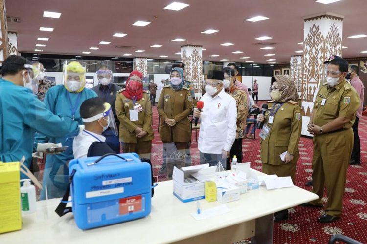 Wakil Presiden Ma'ruf Amin saat menyaksikan proses vaksinasi di Komplek Kantor Gubernur Lampung, Senin (22/3/2021).