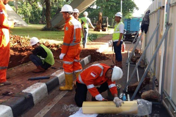 Petugas PT. Perusahaan Gas Negara Tbk. (PGN) menangani kebocoran pipa gas di basan Jembatan Simpang Susun Semanggi, Jumat (21/12/18)