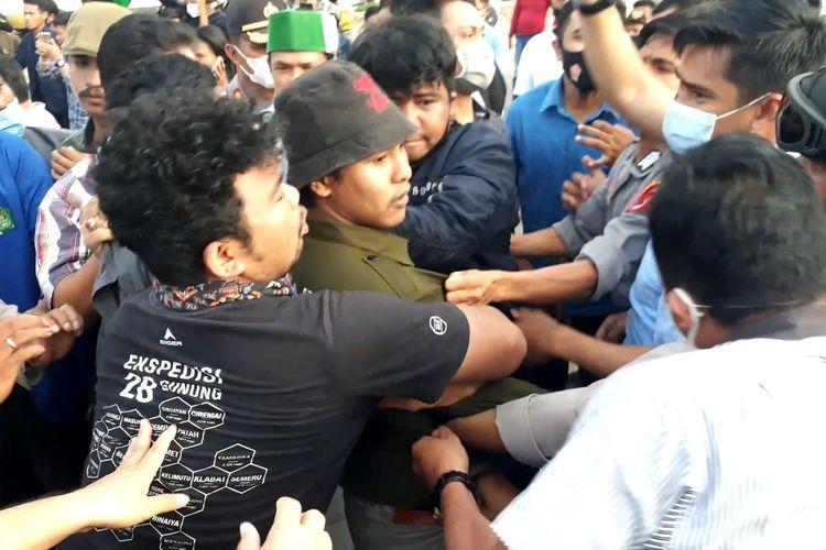 Seorang pengunjuk rasa diamankan polisi di depan Mako Polres Palopo, setelah menyanyikan lagu yang dinilai tidak senonoh yang membuat aparat kepolisian marah hingga aksi tersebut ricuh, Selasa (20/10/2020)