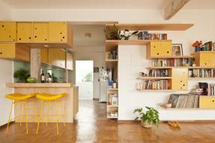 Para arsitek mengambil inisiatif dan mengatur kembali interior apartemen. Tujuan utama mereka adalah mengoptimalisasi dan meningkatkan fungsi ruang yang tersedia. Mereka memperluas area sosial dan mengoptimalisasi fungsi dapur dengan memberikan banyak ruang penyimpanan.