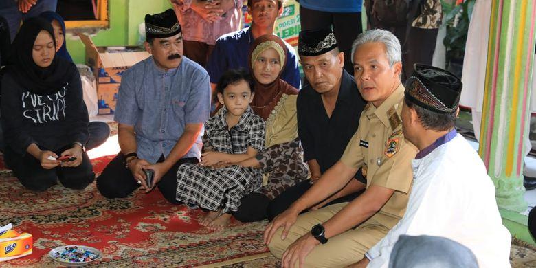 Gubernur Ganjar Pranowo melayat ke rumah duka Almarhum Bambang Saptono di Kaligarang, Semarang, Kamis (25/4/2019). Almarhum Bambang Saptono pada pemilu tanggal 17 April lalu bertugas sebagai anggota KPPS.