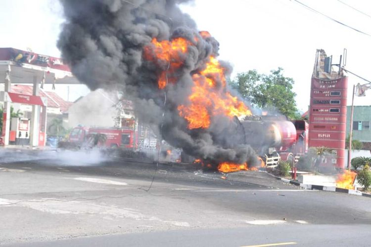 Truk tangki pengangkut BBM terbakar saat mengisi BBM di SPBU Batulawang, Kota Banjar, Senin sore (20/1/2020).