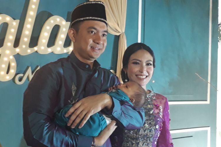 Ayu Dewi dan Regi Datau mengadakan upacara adat Gorontalo mohuntingo atau gunting rambut untuk anak kedua mereka, Mohamad Aqlan Akasah Datau, di kawasan Tebet, Jakarta Selatan, Minggu (29/8/2017).