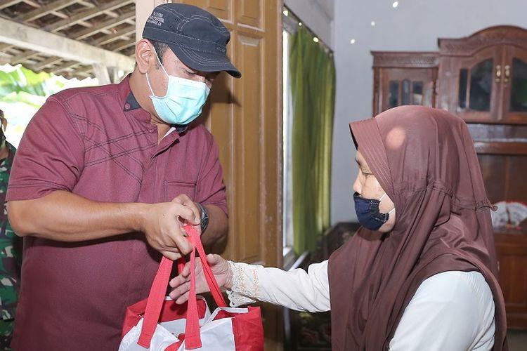 Wali Kota Semarang Hendrar Prihadi, saat menyalurkan bantuan sosial dari Presiden Joko Widodo kepada warga Kota Semarang.