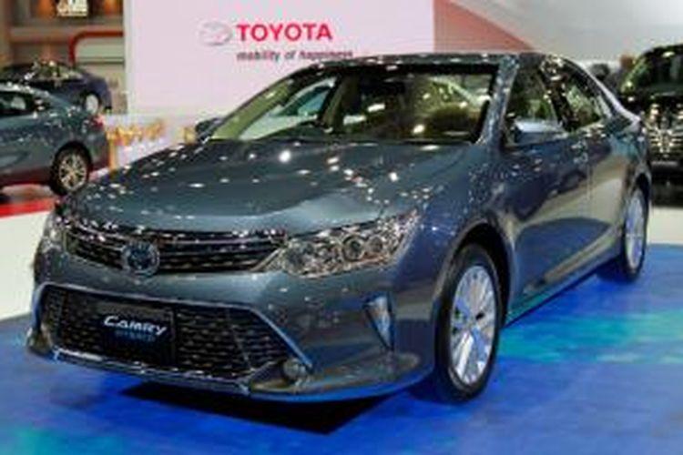 Toyota Camry Hybrid yang tampil di Bangkok International Motor Show 2015.
